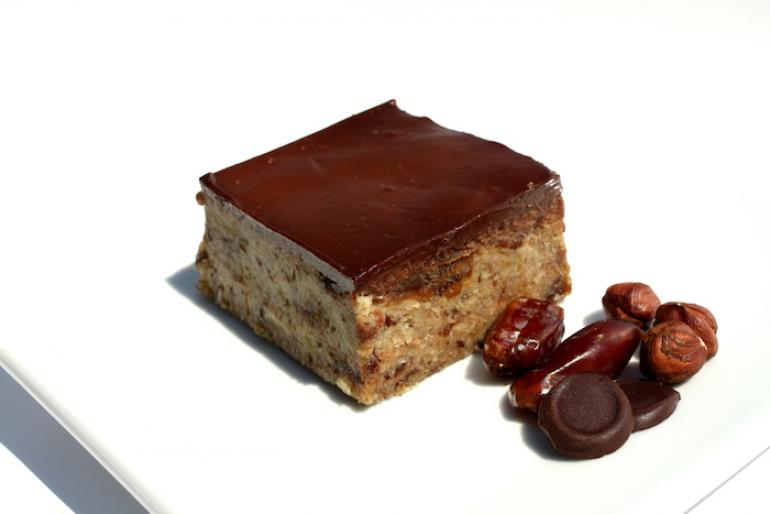 Nyers vegán mogyorós csokitorta